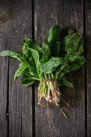 mazzo di spinaci freschi foto