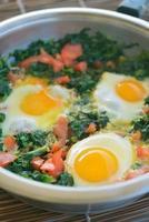 uova fritte con spinaci foto