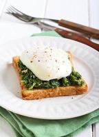 toast cremoso di spinaci e uovo in camicia foto