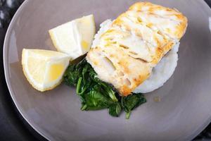 filetti di merluzzo fritto e spinaci foto