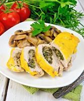 rotolare il pollo con funghi prataioli e formaggio a bordo foto