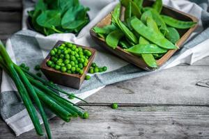 verdure verdi su fondo in legno foto