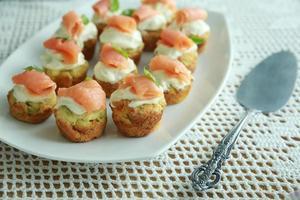 Mini muffin di spinaci fatto in casa con crema di formaggio e salmone affumicato foto