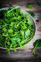 insalata di spinaci e rucola fresca su fondo rustico foto