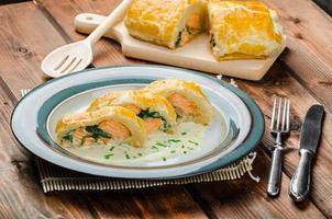salmone al forno in pasta sfoglia foto
