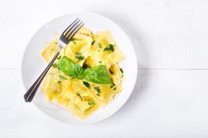 piatto di ravioli al basilico foto