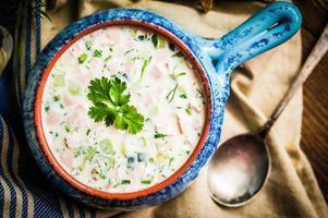 zuppa fredda estiva su fondo rustico foto