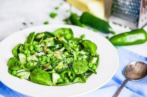 insalata verde con spinaci, pepe, piselli dolci e parmigiano foto