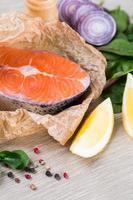 bistecca di salmone fresco su carta marrone schiacciata foto