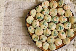 mucchio di muffin fatti in casa con salmone, spinaci e formaggio foto