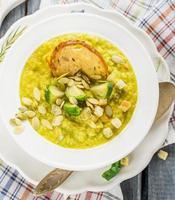 purea di zuppa di verdure spessa con cavoletti di Bruxelles foto