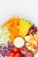 scatola di insalata che imballa sul fondo del Libro Bianco foto