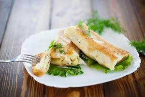 involtini primavera fritti ripieni su un piatto foto