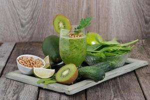 frullato sano di frutta e verdura con germogli foto