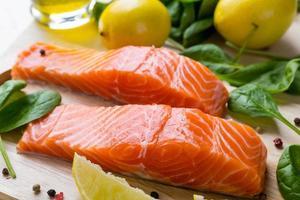 filetto di salmone crudo foto