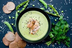 sana zuppa verde con prosciutto e piselli foto