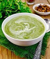 purea di verde in una ciotola sul tavolo foto