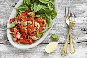 soffriggere petto di pollo e pepe e spinaci freschi foto