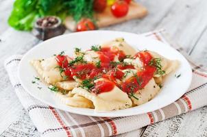 deliziosi ravioli con salsa di pomodoro e aneto foto