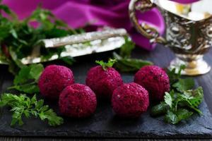 barbabietola pkhali con noci. cucina georgiana. foto