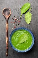 zuppa di spinaci alla lavagna. vista dall'alto foto