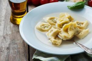 tortellini cotti tradizionali italiani sul tavolo foto