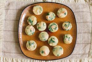 alcuni muffin fatti in casa con salmone, spinaci e formaggio foto