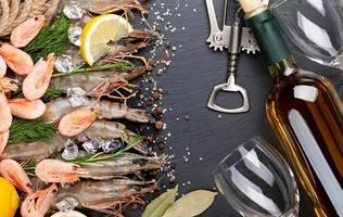 gamberi freschi con spezie e vino bianco foto