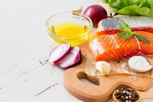filetto di salmone con spinaci, sale, pepe, aglio, olio foto