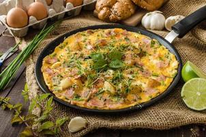 frittata di uova con prosciutto ed erbe foto