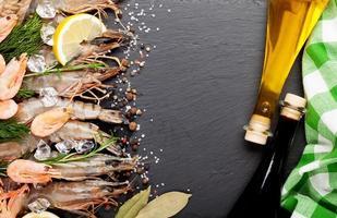 gamberi freschi con spezie e condimenti foto