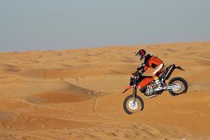 corsa in bici nel deserto foto