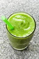 bicchiere di frullato verde foto