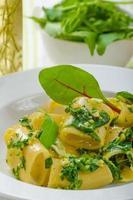 rigatoni al pesto di aglio ed erbe foto