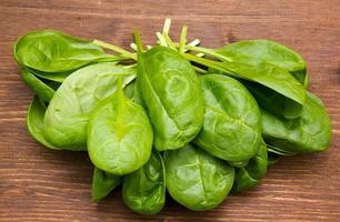 foglie di spinaci freschi su legno dall'alto