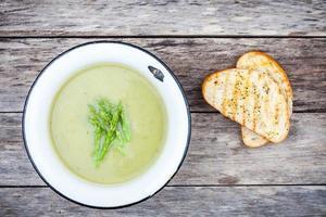zuppa di crema fatta in casa con asparagi e ciabatta tostata