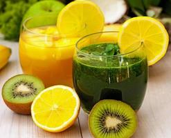 frullati rinfrescanti verdi e arancioni foto