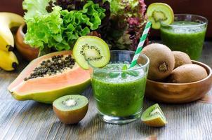 frullato tropicale verde con foglie di kiwi, papaia e insalata