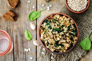 spinaci, porridge di orzo fagioli bianchi
