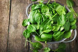 spinaci freschi in colino metallico foto