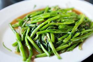 mescolare gli spinaci con acqua fritta foto