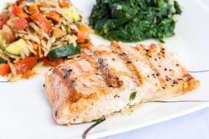 delizioso salmone alla griglia con contorni foto