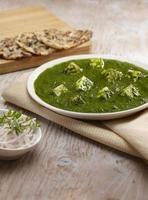 palak paneer sugo con nan, cibo indiano, india foto
