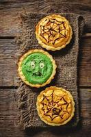 tortino con crema di zucca e spinaci per halloween foto