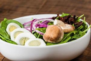 ciotola di uova e insalata di spinaci