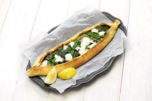 pide di spinaci, pizza turca foto