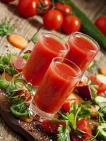 cocktail di verdure rosso fresco decorato con verdure e spezie