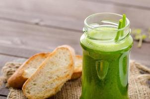 insalata estiva leggera, frullato di erbe foto