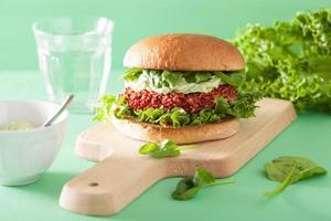 barbabietola vegana e hamburger di quinoa con salsa di avocado foto