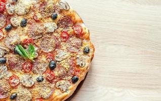 pizza regina fatta in casa foto